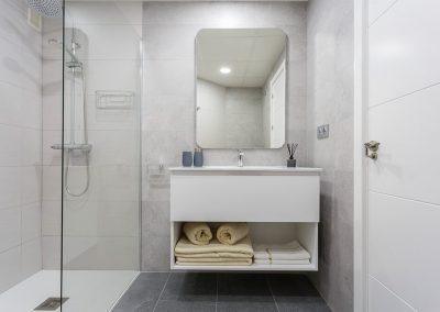 Interiorismo ático Tren de Rota decoración baño